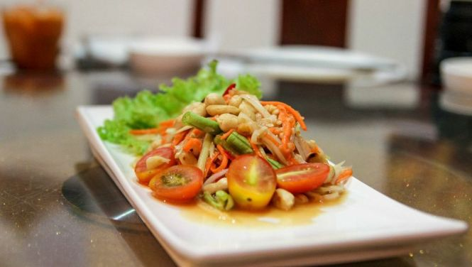 Som Tum. Green Papaya Salad, Central Thailand Style :: $7