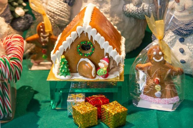 Festive Goodies - Gingerbread House :: $25